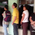 Luego de hacer la extensa fila los pacientes tenían que esperar a ser llamados por la encargada de despacho