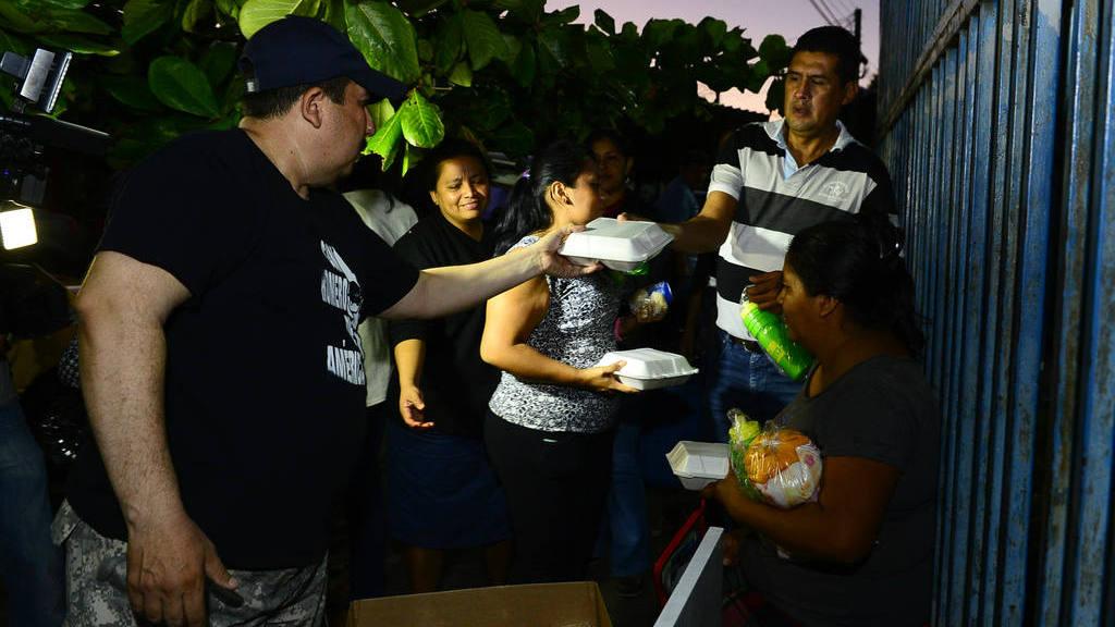 Carmina Alegría y su esposo José Flores llevan alimentos a los padres de los pacientes del Bloom.