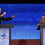 Los aspirantes a la nominación demócrata, Bernie Sanders (iz) y Hillary Clinton, durante el debate.
