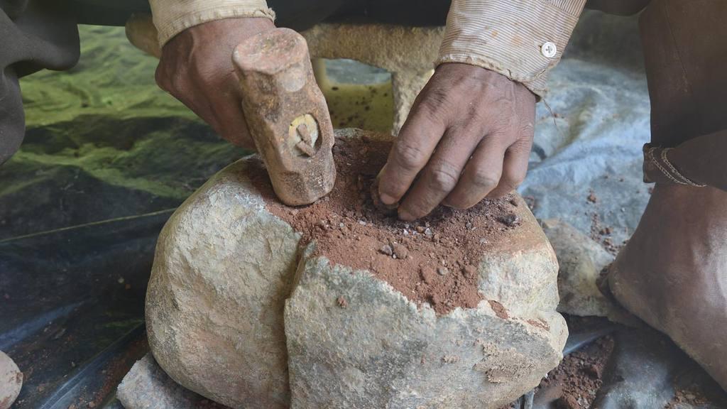 La búsqueda del oro continúa afuera donde trituran el material que sacaron, luego lo llevan a sus casas y lo mezclan con mercurio para poder sacar el oro.