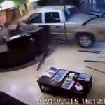 Hombre estrella su pick up contra el lobby de un hotel
