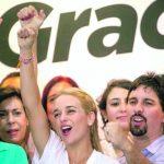 María Corina Machado (i) y Lilian Tintori (c), esposa del líder opositor encarcelado Leopoldo López, durante una conferencia de la Mesa de la Unidad Democrática.