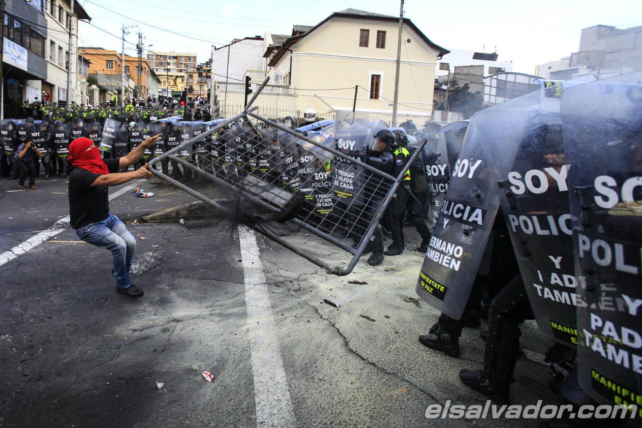 LA POLIC?A CARGA CONTRA MANIFESTANTES EN ECUADOR TRAS APROBACI?N DE ENMIENDAS
