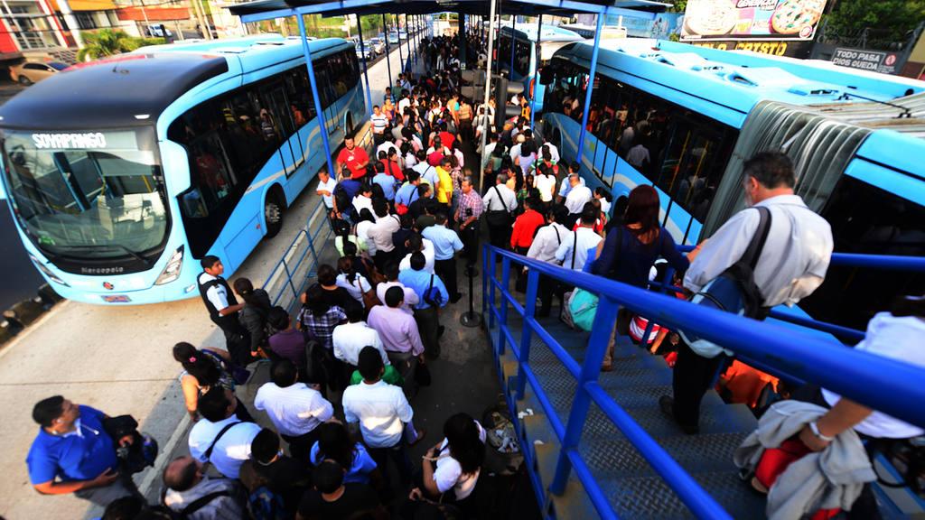 Actualmente el Sitramss  funciona con 37 buses, entre articulados y padrón, pero son insuficientes ante  la demanda de pasajeros, especialmente en horas pico.