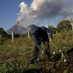 Un agricultor limpia su campo en la comunidad rural de Papalonal, en León, Nicaragua, con el volcán Momotombo en plena actividad de fondo.