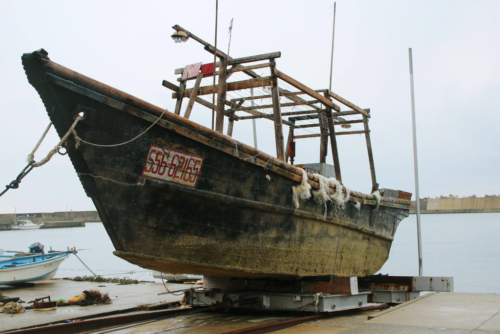 Según las autoridades, decenas de embarcaciones naufragadas llegan cada año a las costas nororientales japonesas.
