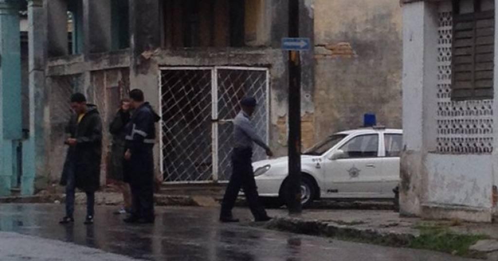 Un patrulla policial en la esquina de la casa de Eliécer Ávila, dirigente de Somos+, para impedir la llegada de los invitados.