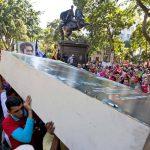 Los chavistas anunciaron ayer que colocarán las imágenes de Hugo Chávez y Simón Bolívar en todo el centro de Caracas.   foto edh / ap