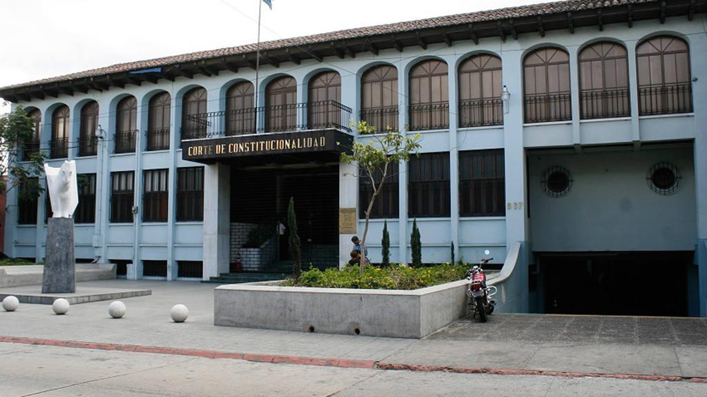 La decisión fue suspender provisionalmente los salarios mínimos diferencias en cuatro municipios de ese país centroamericano.