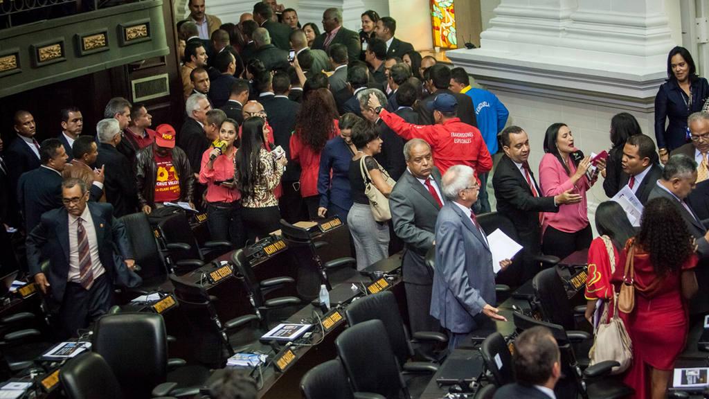 """Chavismo abandona instalaciÛn del Parlamento por """"violaciÛn del reglamento"""""""