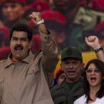 El gobernante de Venezuela Nicolás Maduro (i), acompañado de su esposa, Cilia Flores (d), participan en una manifestacion en apoyo a las Fuerzas Armadas.