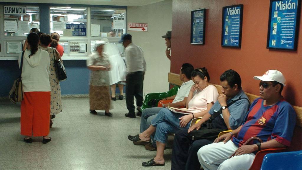 Maltrato verbal y largo tiempo de espera para ser atendidos son parte de las quejas de los pacientes del ISSS.