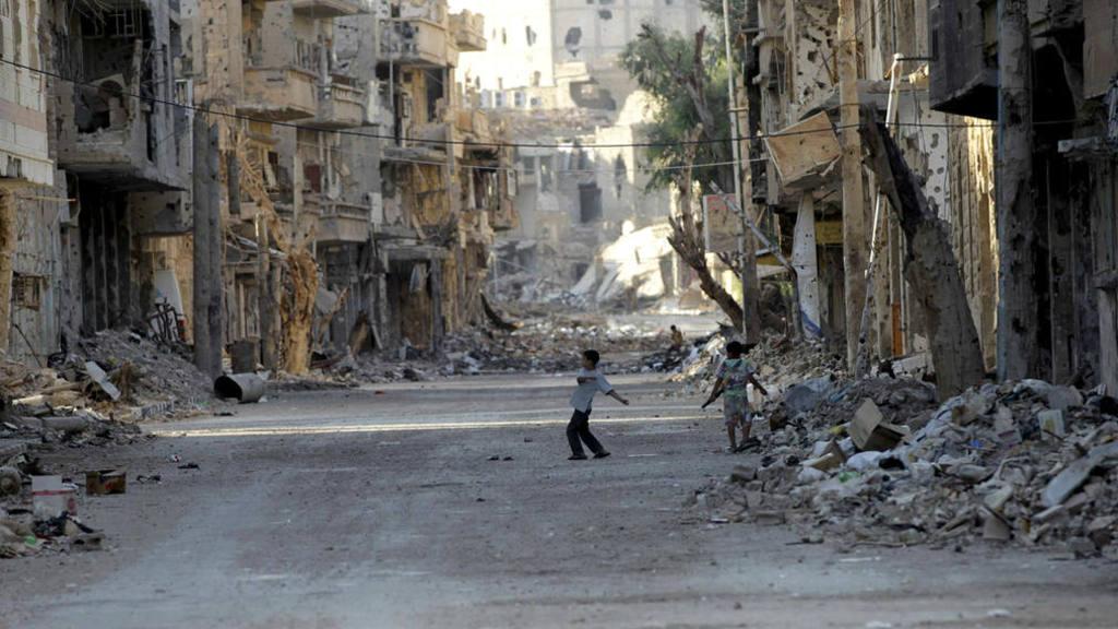 Niños juegan en las calles destruidas de Deir al-Zor, en agosto de 2013.
