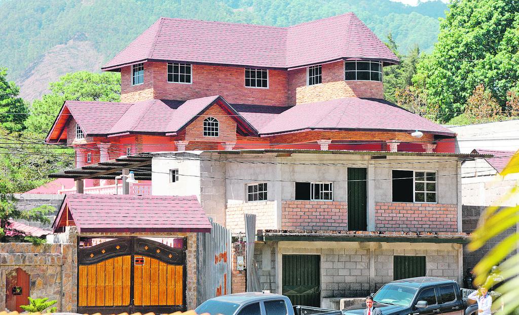 La residencia de un exsubcomisario de la policía que fue capturado el martes .