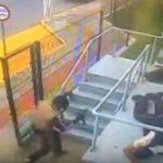 El momento del asalto captado por una cámara de seguridad.