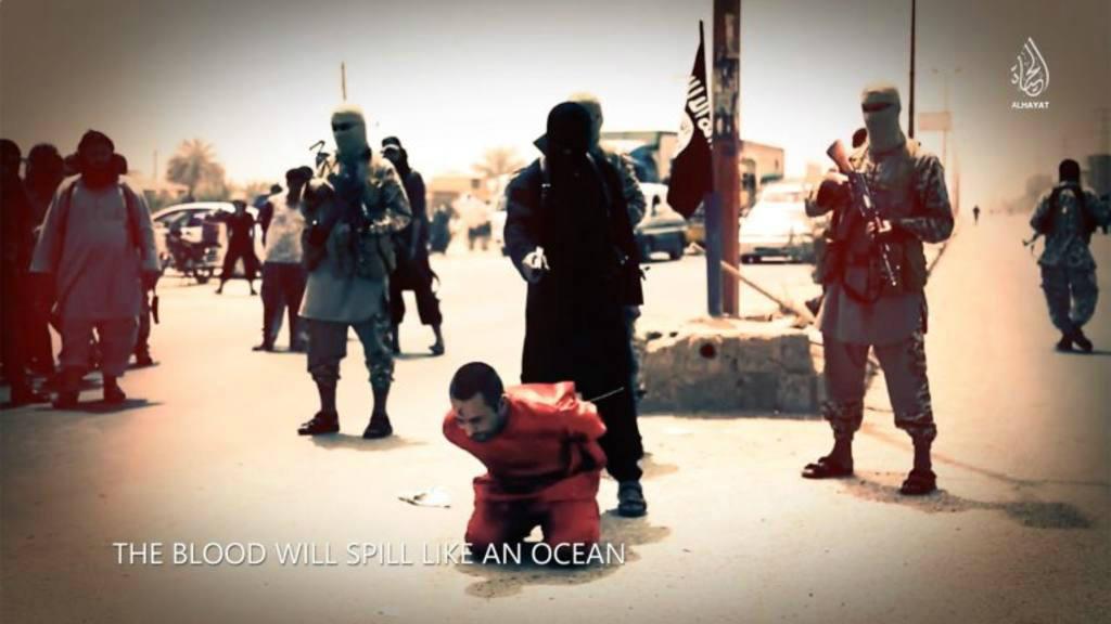 Terroristas del Estado Islámico ejecutan a uno de sus rehenes.