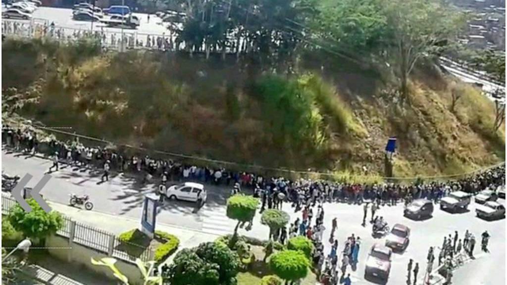 Colas interminables para entrar al mercado chavista Bicentenario de Terrazas del Ávila, Caracas.