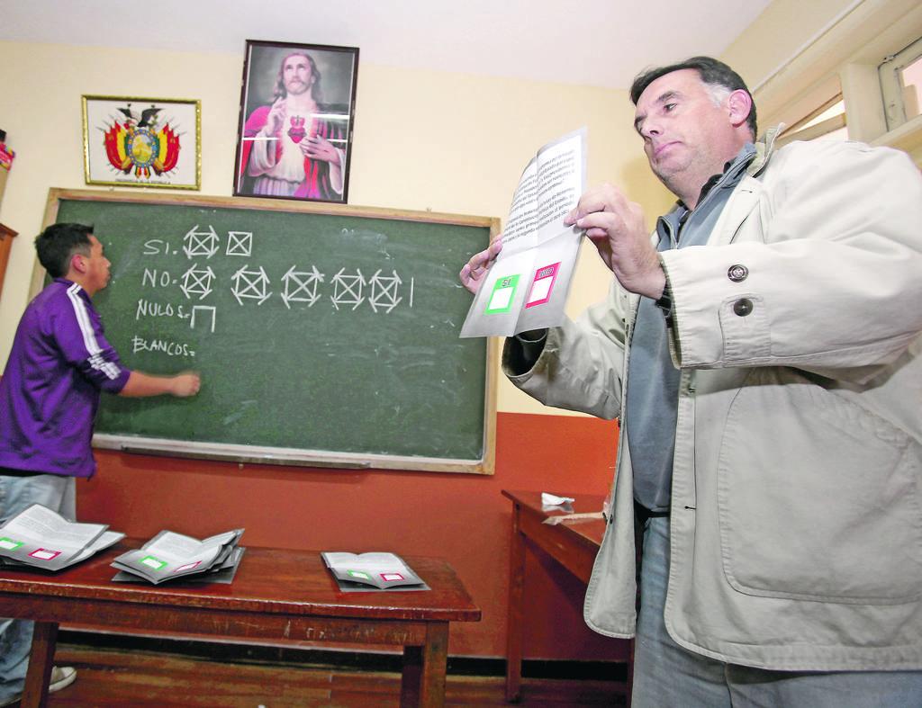 Jurados electorales comienzan el recuento de votos al cerrar las mesas, ayer, en La Paz.
