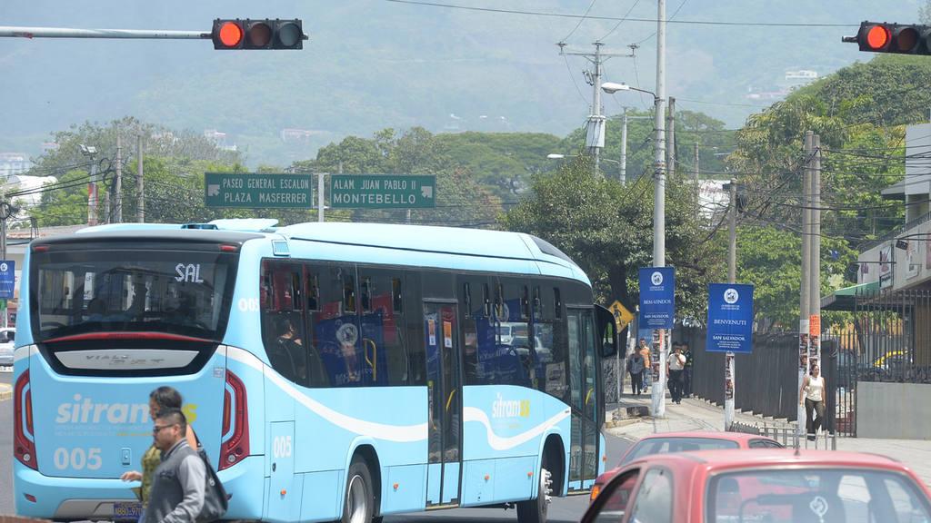 Tr·fico en los alrededores de la Plaza Salvador del Mundo, donde buses del Sitramss, permanecen, en espera de pasajeros.