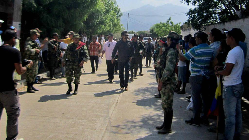 Fotografía donde se ve al segundo jefe de las FARC Luciano Marín Arango (c), alias Iván Márquez, durante un acto público este jueves 18 de febrero, en la aldea de Conejo, en el departamento de La Guajira (Colombia).