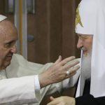 El papa Francisco abraza al patriarca ortodoxo ruso Kiril (d) el pasado 12 de febrero.