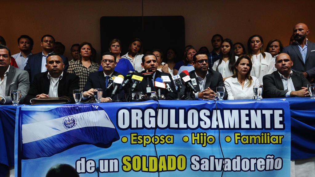 Familiares y abogados de militares detenidos por el caso jesuita.