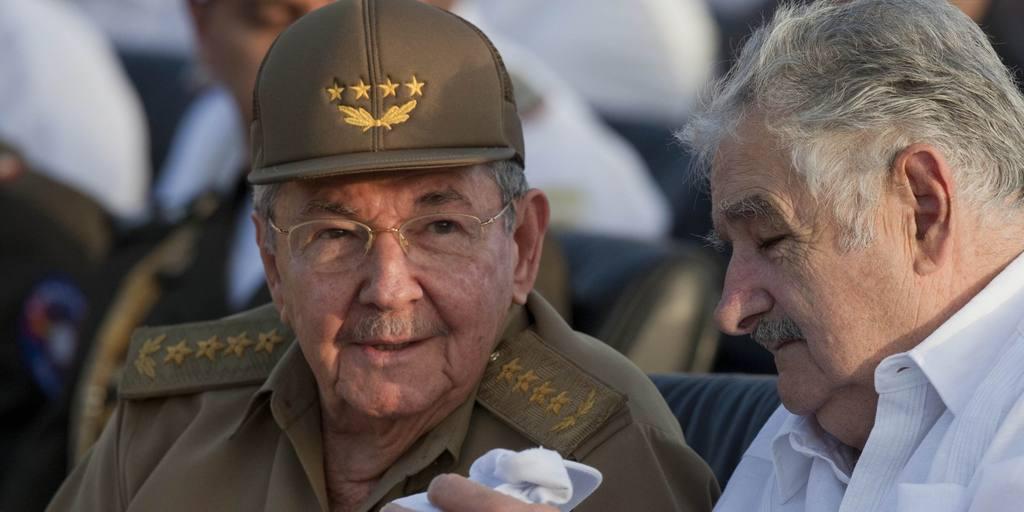 El dictador cubano, Raúl Castro (izq), junto al exgobernante uruguayo José Mujica.