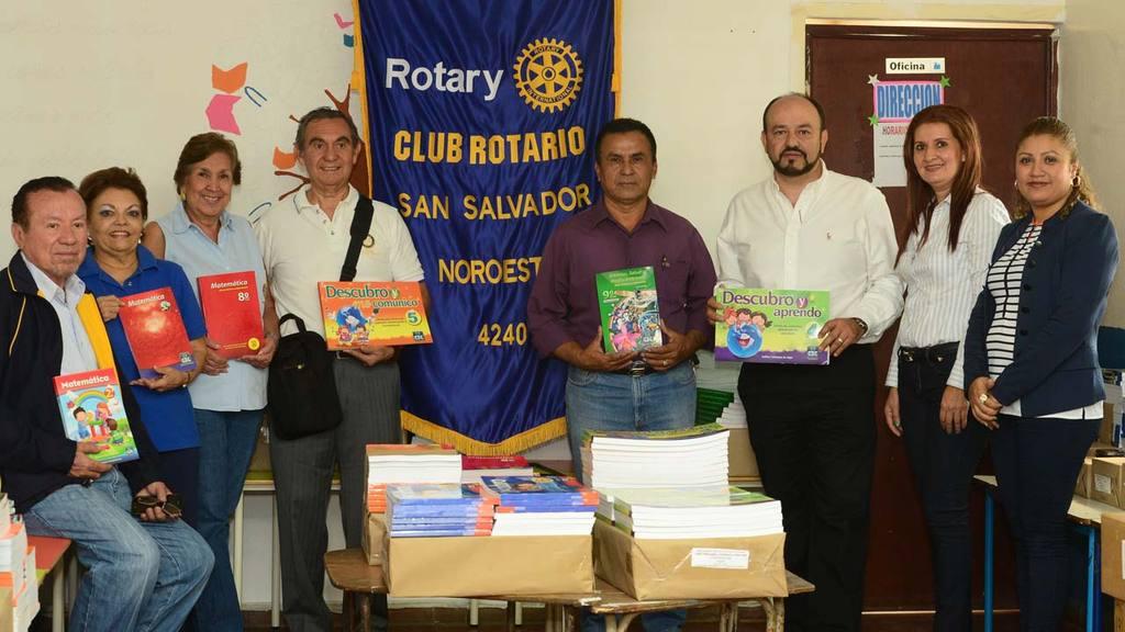 Representantes del Club Rotario San Salvador Noroeste y autoridades del Centro Escolar en el acto de entrega.