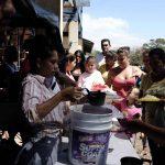 Varios migrantes cubanos hacen fila para recibir comida en unos de los albergues, en La Cruz, Costa Rica.