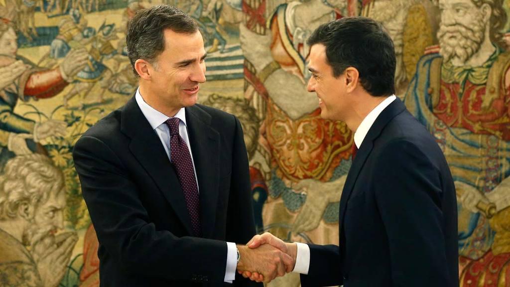 El rey Felipe VI recibe en el Palacio de la Zarzuela al secretario general del PSOE, Pedro Sánchez (d).