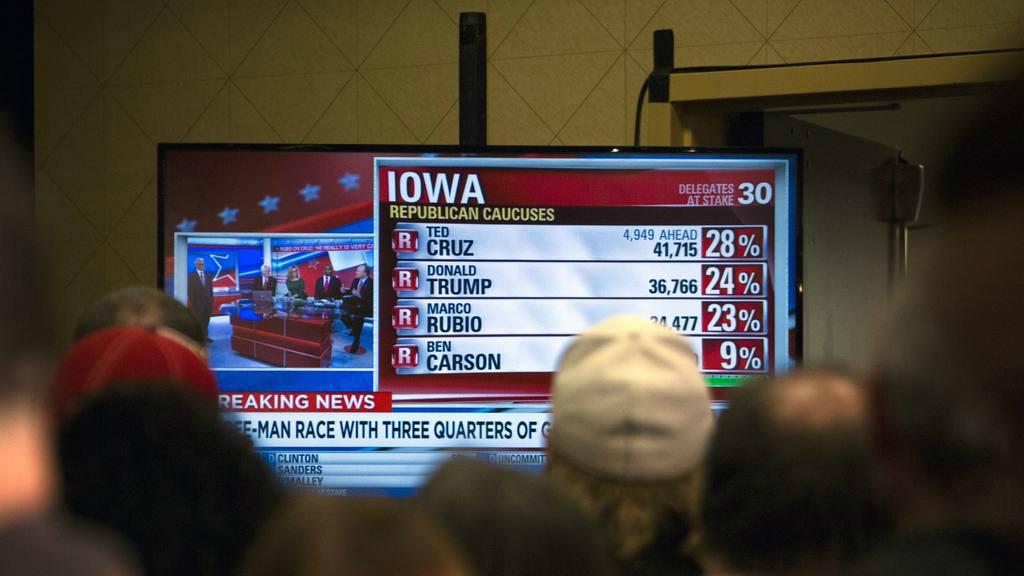 Seguidores del candidato presidencial republicano y empresario estadounidense Donald Trump (no en la foto) observan una pantalla con el seguimiento de los resultados de los caucus de Iowa, el pasado lunes.