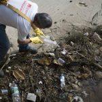 Personal de salud elimina los charcos y botellas para evitar la propagación del zancudo que transmite el zika, en Niteroi, Brasil.