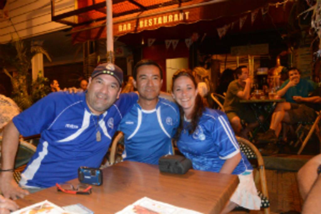 Salvadoreños de corazón en Tahití. Foto: EDH / René Contreras