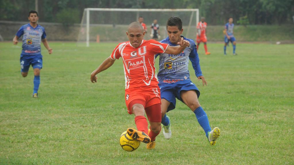 Carlos Ayala y Allan Fernández en un duelo pasado entre pumas y marcianos.