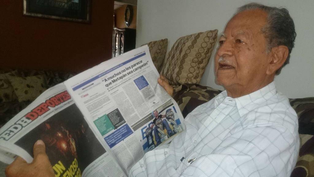 Conrado Miranda leyendo la nota de Jorge Rodríguez en EDH.