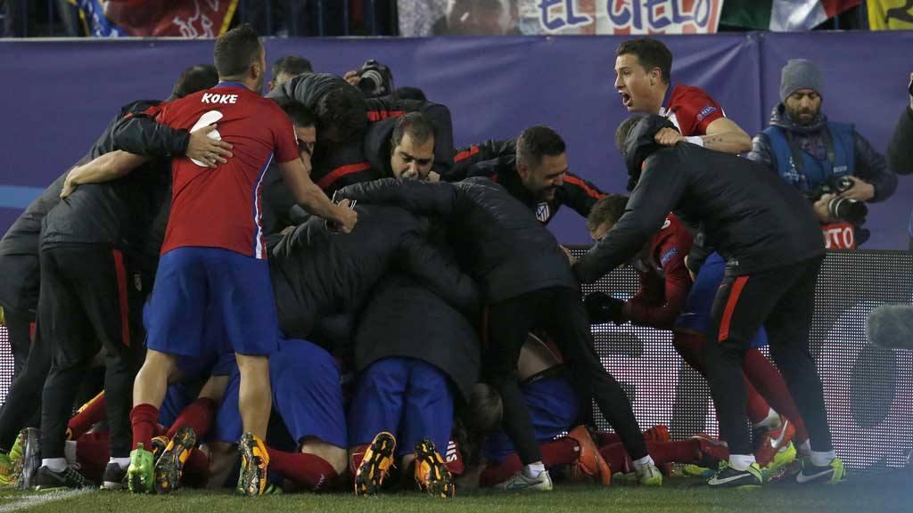 Los jugadores del Atlético celebran la victoria sobre el PSV Eindhoven tras la tanda de penaltis.