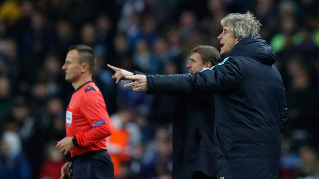 Manchester City's manager Manuel Pellegrini gesturs to his players as