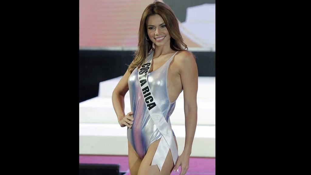 64f6ad5840fe0 La representante colombiana Andrea Tovar participa durante el desfile en  traje de baño. Miss Universo