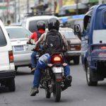 Motociclistas tratan de evadir congestionamientos