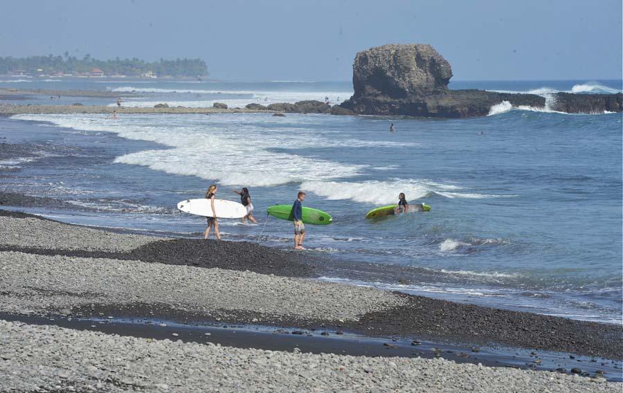 Have Salvadorenas en la playa