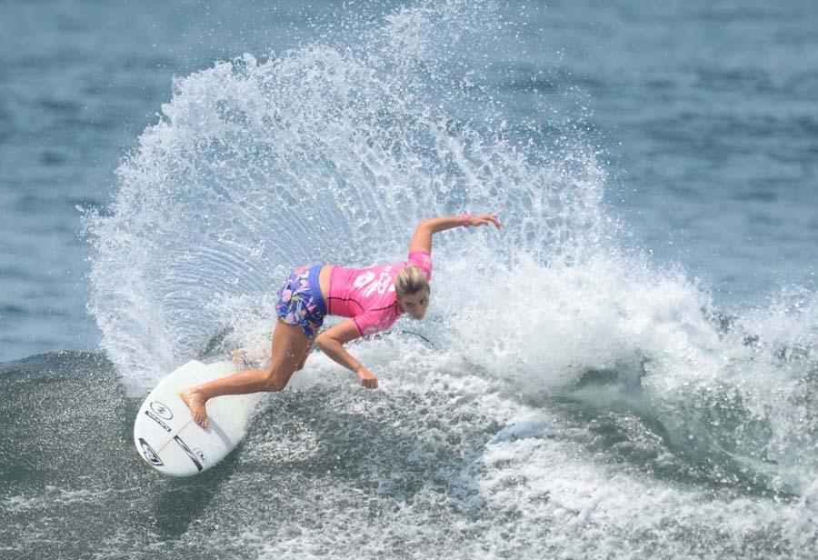 El surf y las buenas olas de la playa El Zonte.
