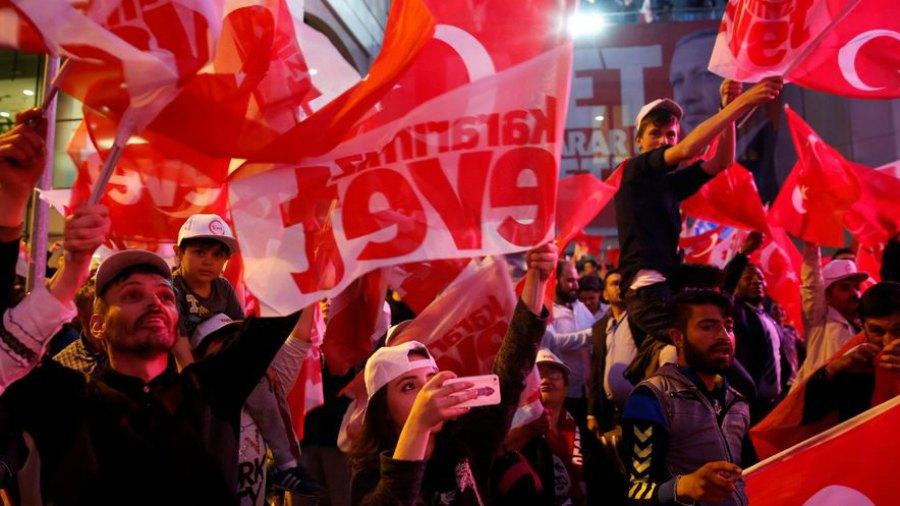 Erdogan se impone en referéndum que le da amplios poderes en Turquía