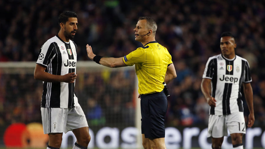 Juventus' German midfielder Sami Khedira (L) argues with Dutch refere