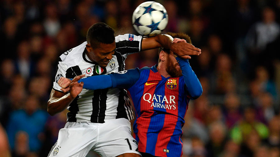 Barcelona's Argentinian forward Lionel Messi (R) vies with Juventus'