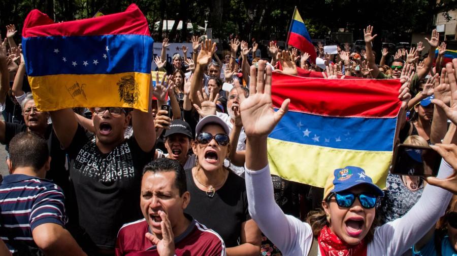 Oposición venezolana no da tregua y tranca calles en protesta