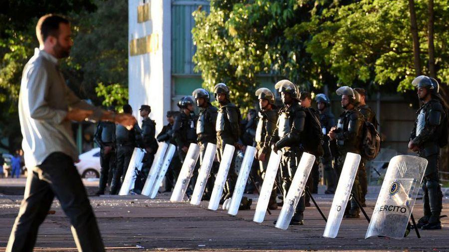 Miles de manifestantes piden elecciones — Tensión en Brasil