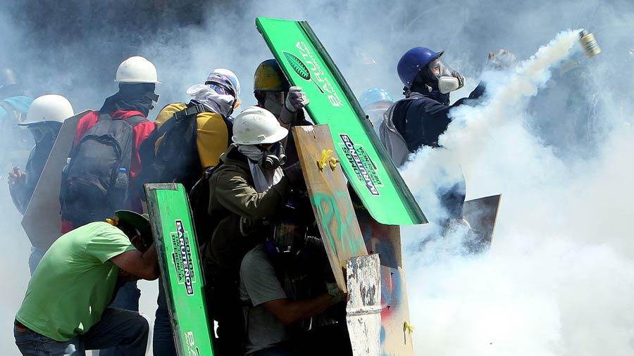 Maduro se acercó a GNB para felicitarlos por reprimir protestas — VENEZUELA