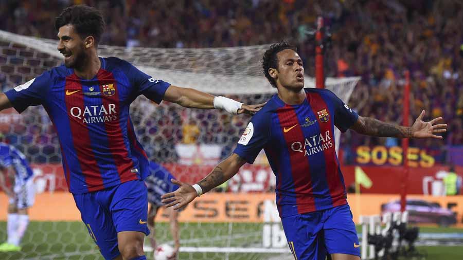 Neymar celebra con el mediocampista portugués Andre Gomes el gol de la  ventaja ante el Alaves. Foto AFP b3d4df894e528