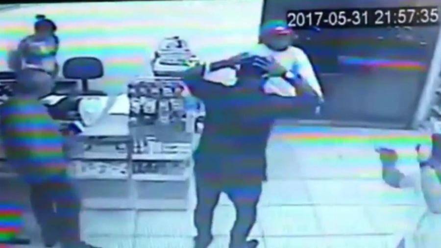 Intenta robar farmacia pero los clientes eran policías — Mal cálculo