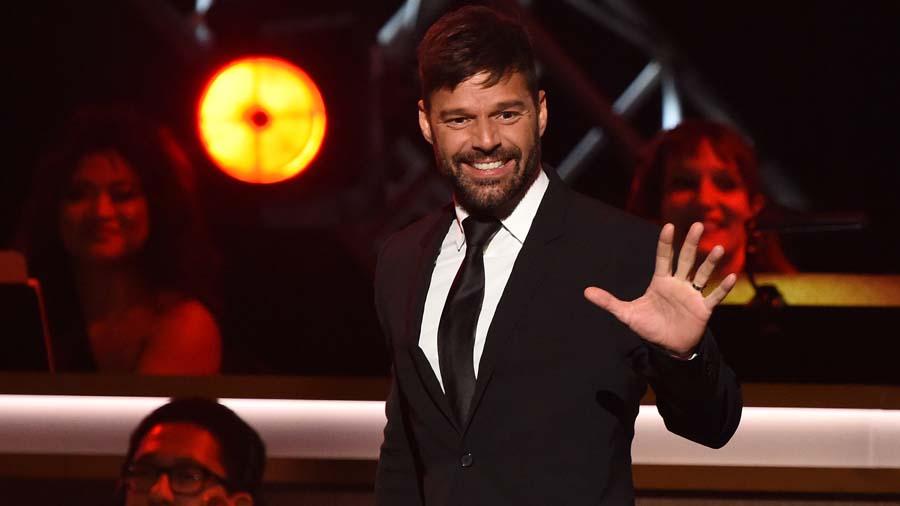 Para el infarto: Ricky Martin toma sol en sunga en España